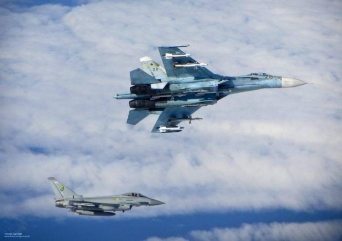 Su-27 Flanker siendo interceptado por un Typhoon asignado al 3rd Fighter Squadron durante una misión de Baltic Air Policing 2014. Imagen: Crown.