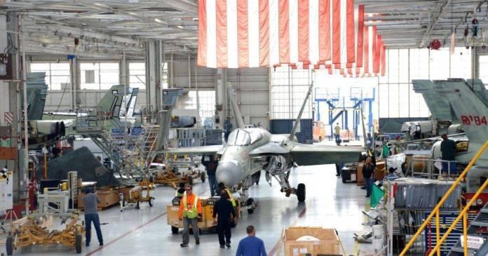 Línea de mantenimienro de F-18 Hornet en uno de los FRC. Imagen: NAVAIR