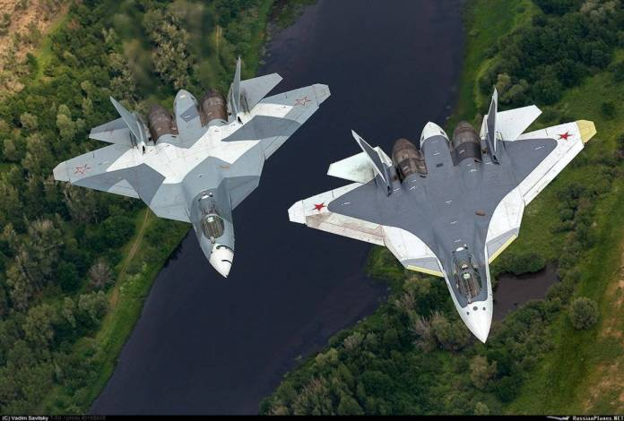 Dos prototipos del PAK FA en vuelo