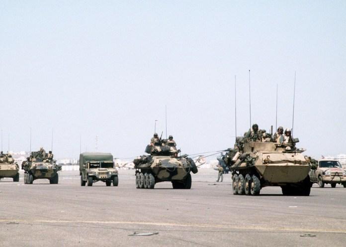 Columna de LAV del USMC durante su despliegue en la operación Desert Shield. Imagen: USMC