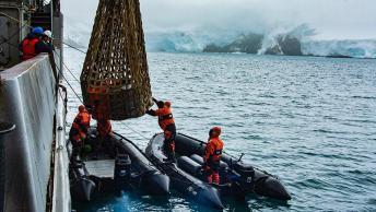 """27-12-18-El-aviso-ARA-""""Islas-Malvinas""""-reabastece-a-la-base-Carlini-04"""