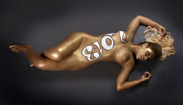 Las mujeres de negro desnudas para el 2013 (1)