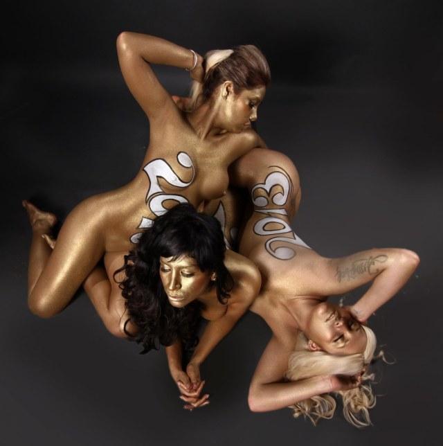Las mujeres de negro desnudas para el 2013 (4)