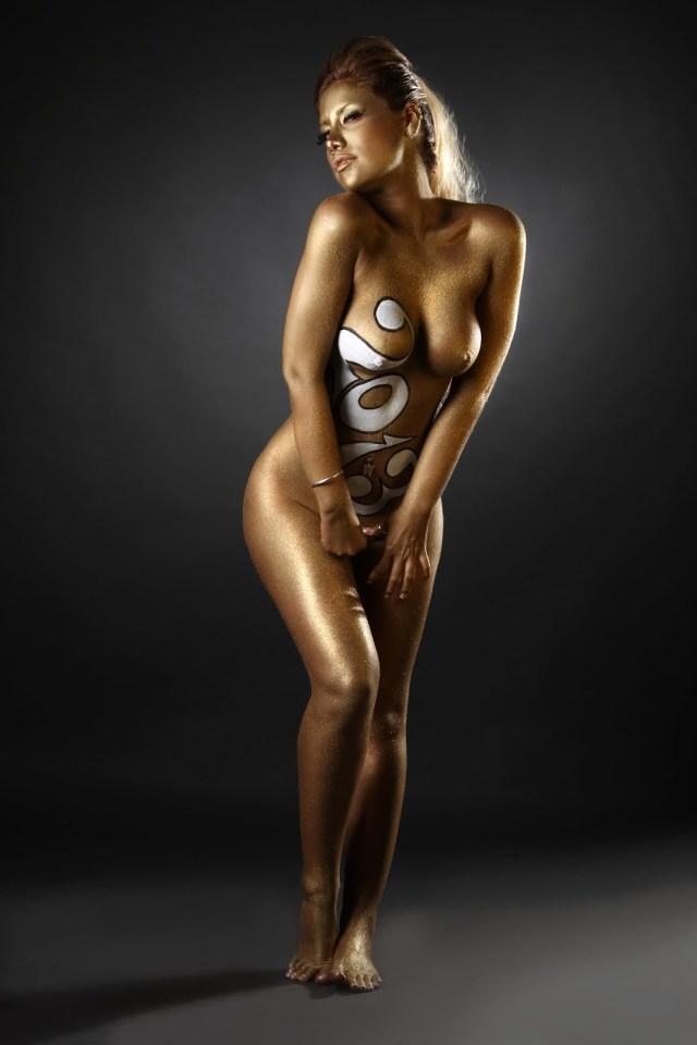 Las mujeres de negro desnudas para el 2013 (6)