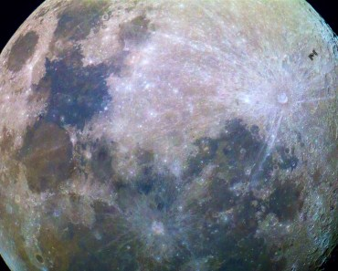 La ISS y una Luna llena de colores