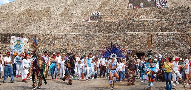 Los equinoccios (que ocurren en primavera el 21 de marzo y en otoño el 23 de septiembre) eran una época sumamente importante para las culturas. Equinoccio De Primavera Events In Teotihuacan Estado De Mexico Mexican Fiesta In 2021 Experts In Mexico
