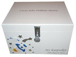 Verrouillable personnalisé garçons en bois blanc Boîte Souvenir avec cadre et plateau de rangement pour un bébé ou un enfant Plus âgés avec Fusées et étoiles–Cadeaux pour anniversaire ou Noël