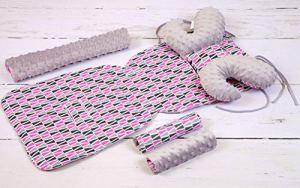 Solenzo – Set 4 pièces Protection siège poussette et cale tête bébé assorti (Gris et rose)