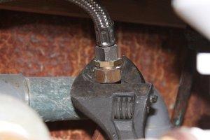 Dévisser les raccords de tuyau d'eau chaude