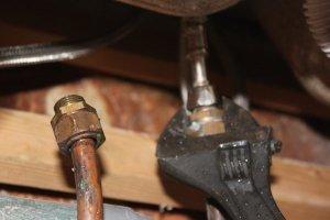Dévisser les raccords de tuyau d'eau froide