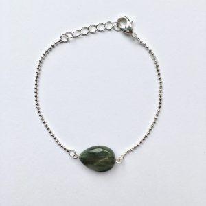 Armband met een groen grijze ovalen natuursteen zilver