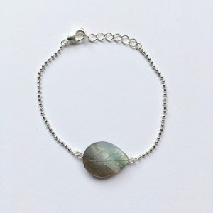Armband met een parelmoer natuursteen zilver