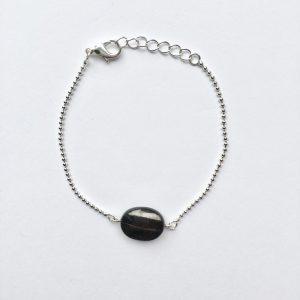 Armband met een zwart glimmende natuursteen zilver