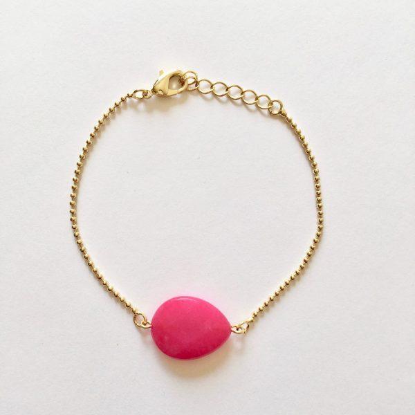Armband met fel roze jade druppel goudkleurig
