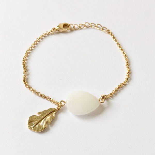 Armband met veer bedel en witte jade goudkleurig