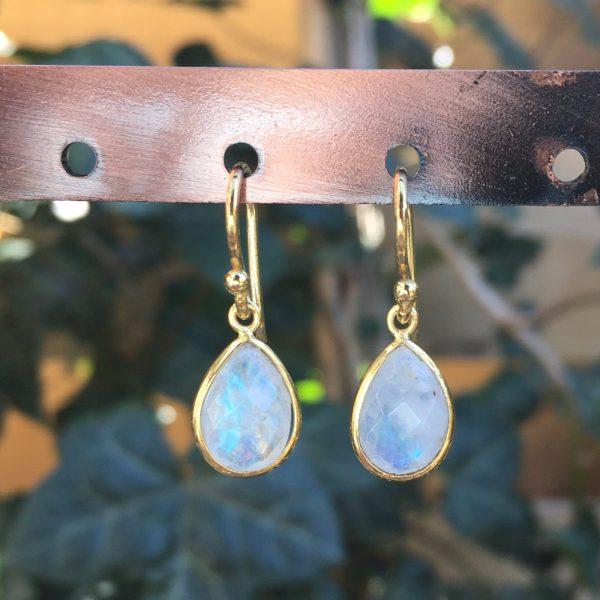 Kleine edelsteen oorbellen Rainbow Moonstone 925 zilver verguld goud