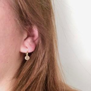 Kleine edelsteen oorbellen rond peach moonstone925 zilver verguld
