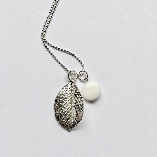 Lange edelsteen ketting 2 bedels ronde jade wit blad bedel zilver