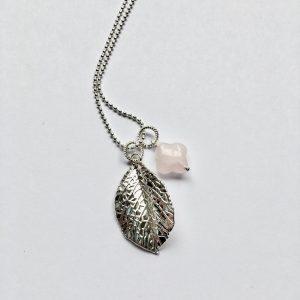 Lange edelsteen ketting 2 bedels rozenkwarts bloem blad bedel zilver