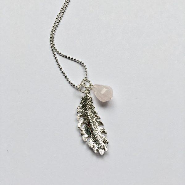 Lange edelsteen ketting 2 bedels rozenkwarts veer zilverkleurig