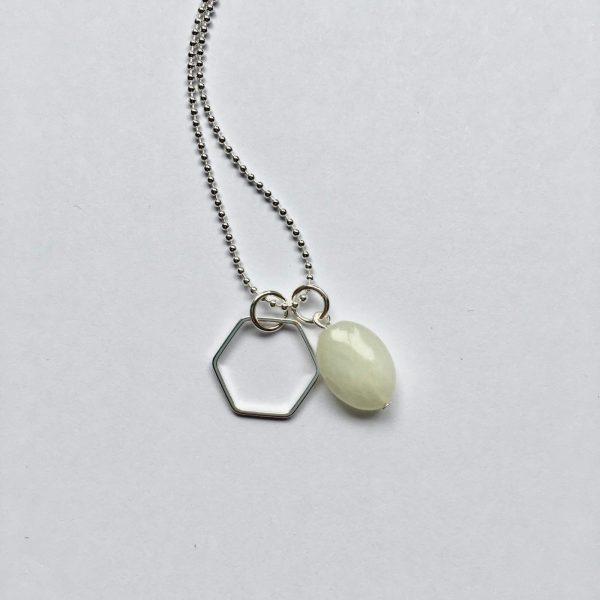Lange edelsteen ketting creamy groen natuursteen ovaal hexagon bedel zilver