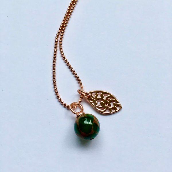 Lange edelsteen ketting met groene natuursteen blad rosé goud