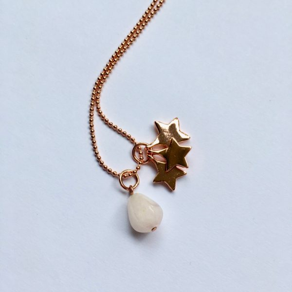 Lange edelsteen ketting met rozenkwarts druppel sterren bedel rosé goudkleurig