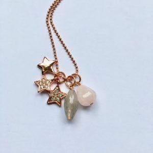 Lange edelsteen ketting met rozenkwarts kwarts en sterren bedel rosé goud