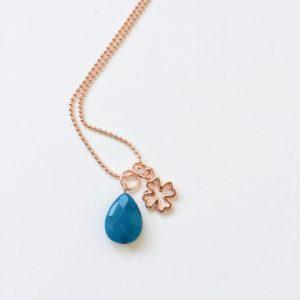 Lange ketting met edelsteen blauwe jade druppel klavertje vier rosé goud