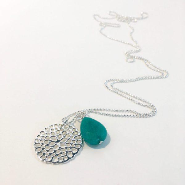 Lange ketting met edelsteen groene jade druppel bloem zilverkleurig