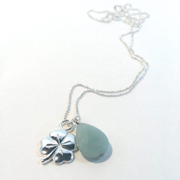 Lange ketting met edelsteen licht groene jade druppel klavertje vier zilverkleurig