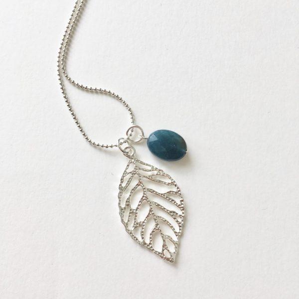 Lange ketting met edelsteen petrol blauwe natuursteen blad zilver