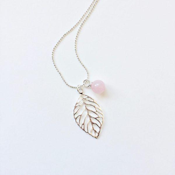 Lange ketting met edelsteen rozenkwarts bol blad bedel zilver