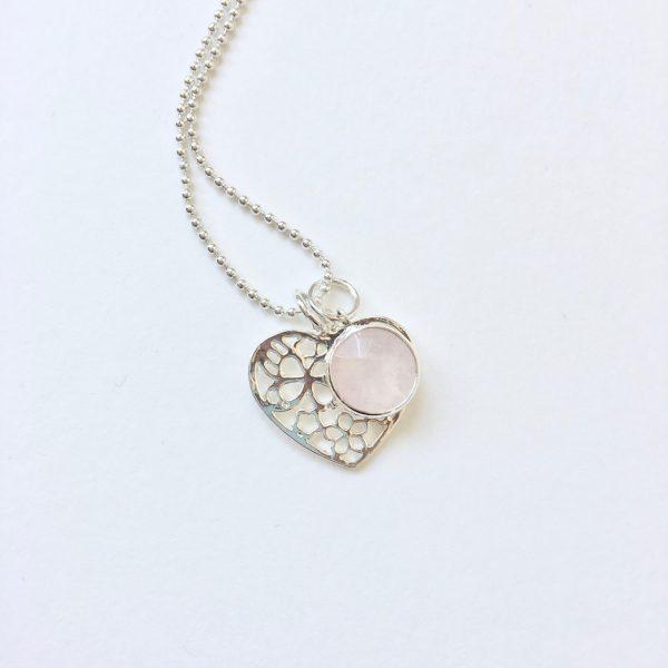 Lange ketting met edelsteen rozenkwarts hart bedel zilverkleurig