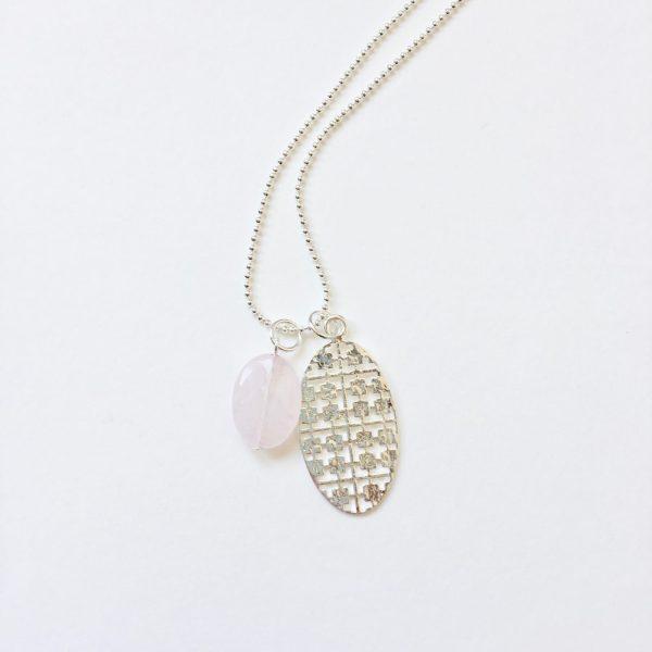Lange ketting met edelsteen rozenkwarts ovaal zilveren bedel zilver
