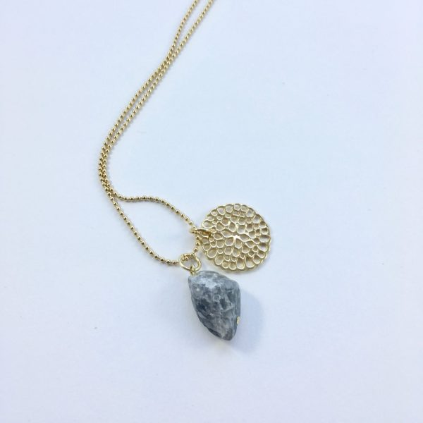 Lange ketting met grijze natuursteen en bloem goud