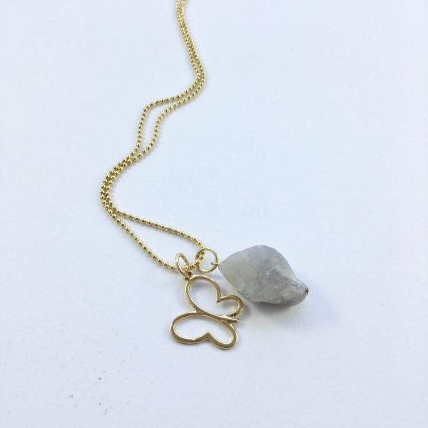 Lange ketting met grijze natuursteen en vlinder goud