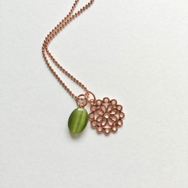 Lange ketting met groene glimmende natuursteen bloem rosé goud