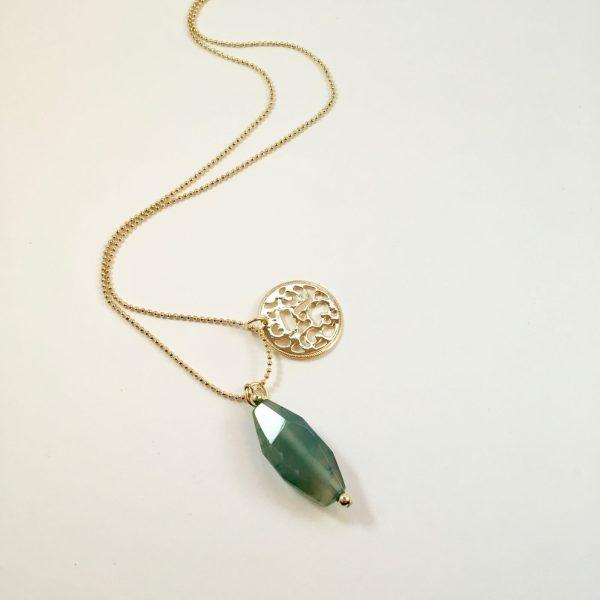 Lange ketting met groene natuursteen munt goudkleurig
