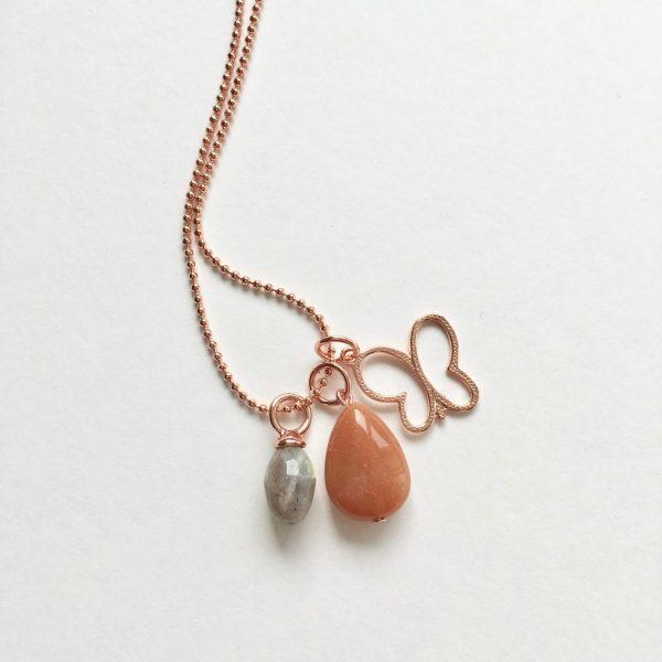 Lange ketting met labradoriet natuursteen ovaal vlinder rosé goudkleurig