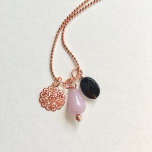 Lange ketting met lila natuursteen onyx metalen bloem rosé goud
