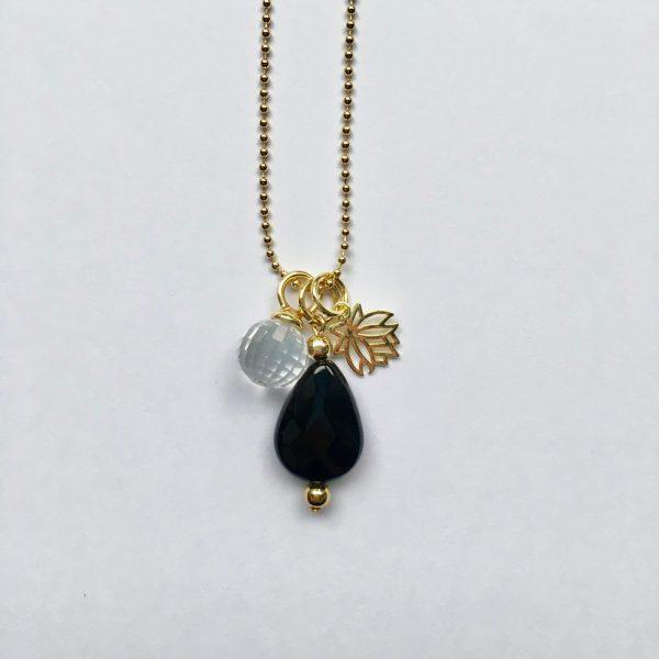Lange ketting met onyx kwarts bol lotus goudkleurig