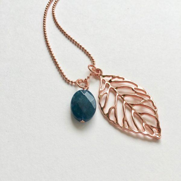 Lange ketting met petrol blauw agaat ovaal blad rosé goud