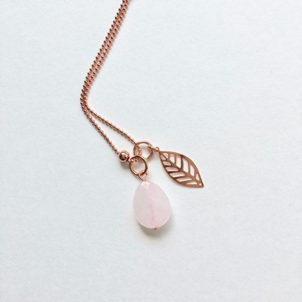 Lange ketting met rozenkwarts druppel blad bedel rosé goud