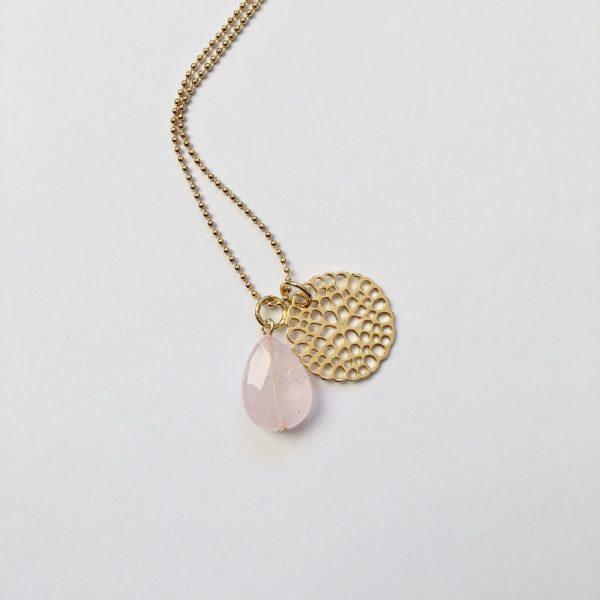 Lange ketting met rozenkwarts druppel bloem bedel goud