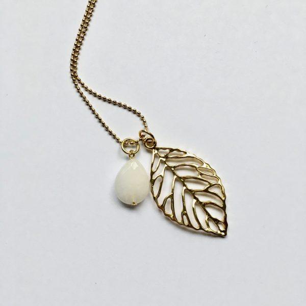 Lange ketting met witte jade druppel blad goud