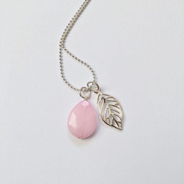 Lange ketting roze natuursteen blad bedel zilver