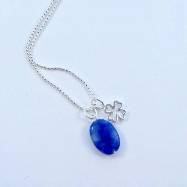 Lange ketting zilver 2 bedels kobalt blauw natuursteen en klavertje vier