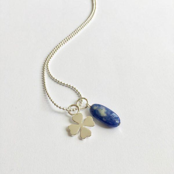 Lange ketting zilver 2 bedels lapis lazuli klavertje vier