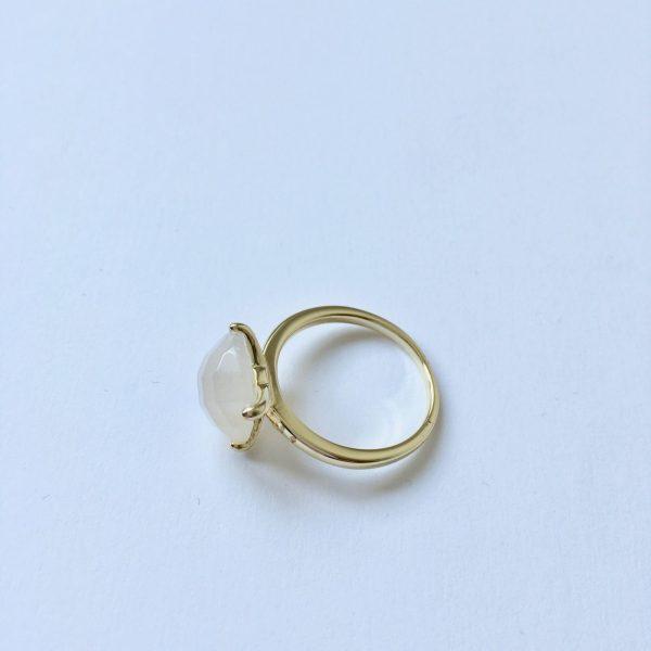 Natuursteen ring met chaton zetting goud mat glimmend edelsteen